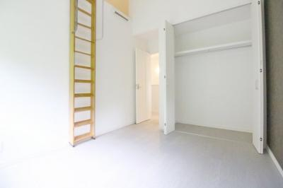 《洋室5.9帖①》ロフトのあるお部屋です。ロフトは収納としても利用出来てとても助かりますね。