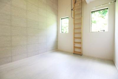 《洋室5.9帖②》こちらのお部屋にもロフトが完備されています。ロフトのお部屋は天井が高くて開放的!