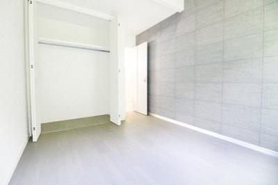 《洋室5.9帖②》もちろん、どのお部屋にもクローゼットはあり荷物もスッキリと片付けられます お部屋が広く使えますね。