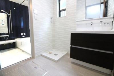 《洗面化粧台》は収納たっぷりのワイドサイズ!三面鏡の裏側も収納になっているので小物がスッキリ片付きます。