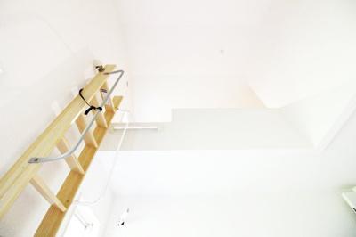 《洋室5.9帖②》ロフトには、シーズンオフの衣類や、普段使わないけれど大切な物を保管する事も出来ます。