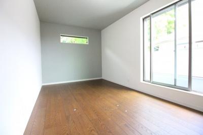 《洋室8.2帖》8帖以上の広い寝室は南側にバルコニーがあり明るく、陽当り・通風良好のお部屋です。