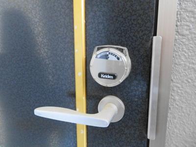 玄関はカードキー