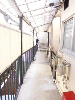 共用の廊下です!屋根が付いているので雨の日も安心ですね♪