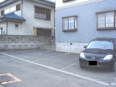 いつでも目の届く敷地内に駐車場があるので、お車をお持ちの方にもオススメ!荷物が多くなりがちなお出かけにも車があると便利ですよね☆