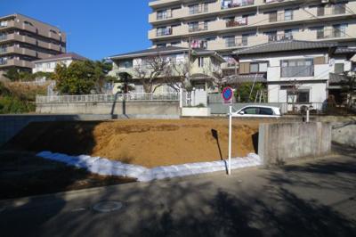 湘南台駅徒歩圏内の南東角地の「新築戸建て」ですっ!前面道路の幅員も6mあるので駐車も楽々です。ゴミゴミした喧騒からは離れた、円行は湘南台も六会日大前も徒歩圏です☆