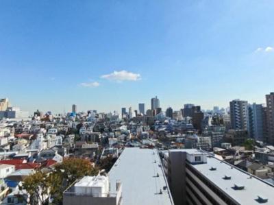 新宿の街並みを見下ろせます。