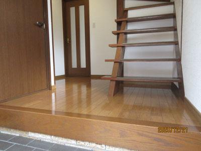 玄関入ってすぐ階段あります♪