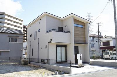 シンプルでお洒落な外観!木目調の外壁が新しいですね♪当社施工例です!