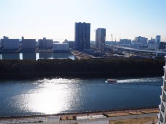 バルコニーからの眺望。12階は運河を望め、水と緑を感じられます。