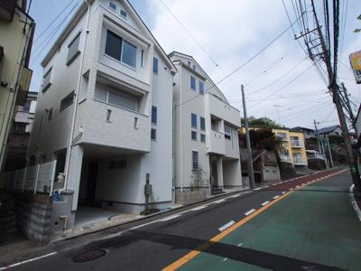 相模鉄道本線「上星川」駅より徒歩約7分に位置します。