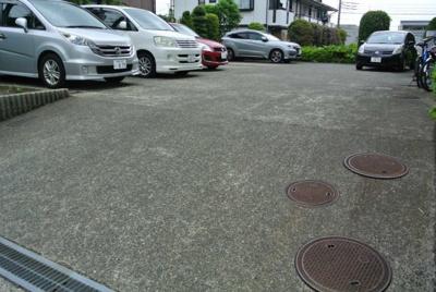 無料駐車場1台付きです☆いつでも目の届く敷地内に駐車場があります♪