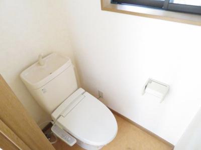落ち着いた色調のトイレです 温水洗浄便座