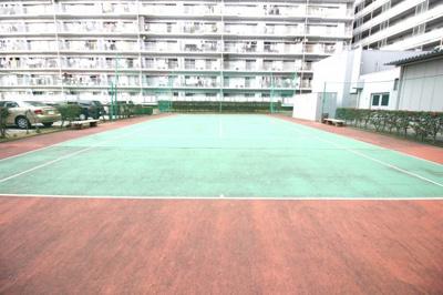 マンションには《テニスコート》が設けられております。子育て世代からシニア世代まで利用出来ます【テニスコート使用料:500円/1時間】