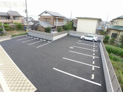 敷地内駐車場に各世帯1台分確保!2台目要相談(駐車料1台7,350円