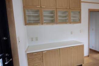 作り付けの食器棚があります