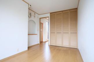2階の5.5帖の洋室です