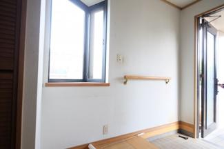 出窓があり明るい玄関です 手すりも付いています