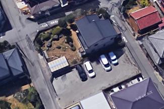 東西南は道路で北は駐車場で隣家に接していません