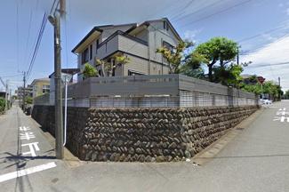 南西角は石垣の擁壁になっています