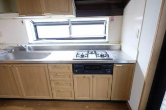 小窓があり手元が明るいキッチン
