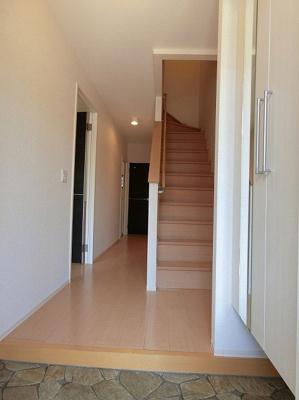 玄関から室内への景観です!右手に2階へ続く階段、左手にリビングダイニングキッチン、正面奥にトイレがあります★