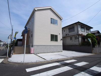 相模鉄道本線「星川」駅よりバス利用可、バス停より徒歩約3分の立地です。