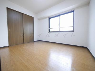 6帖の寝室です。広々クローゼット付きです。