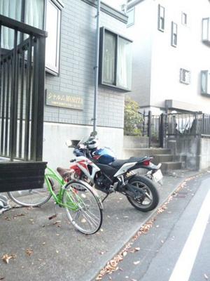 敷地内空きスペースに無料にて自転車・バイク駐輪できます!自転車やバイクがあれば通勤・通学、お買い物にも便利です♪