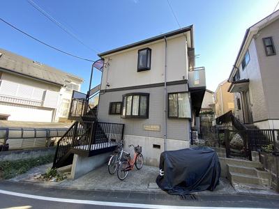 小田急線「生田」駅より徒歩10分の2階建てアパートです♪近くにスーパーがあるのでお買い物にも便利な立地です☆