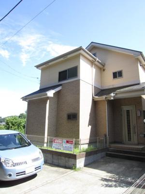 小田急線「新百合ヶ丘」駅にアクセス可能な最寄りバス停より徒歩7分!2階建ての戸建住宅です♪