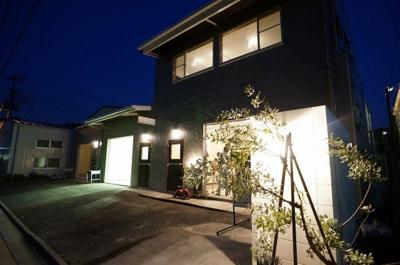 手前シンボルツリーをかざすライトと、建物照明で照らし出される物件は、雰囲気ある建物となっています。