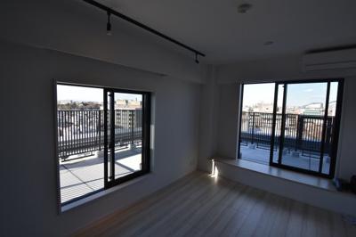 2面採光の大きな窓が特徴的なお部屋です