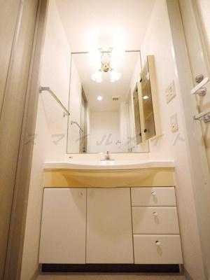 大きな鏡が特徴の独立洗面台です。