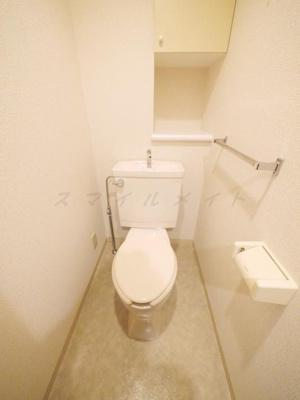 上部に収納棚もあり清潔感あるトイレです