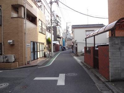 石井ハイツ 物件前 尾竹橋通りから1本中に入った場所にあり、静かな環境!