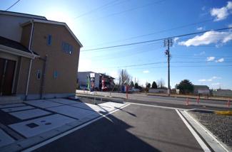 1号棟 前面道路含む現地(2018年02月)撮影 北側道路の幅員は5m、西側道路の幅員は17.6mです。