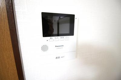 【テレビモニターインターホン】玄関のドアを開ける事なく来客をモニターで確認できるので安心ですね。