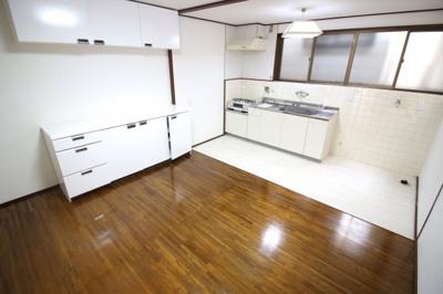 【吊り戸棚付キッチンカウンター】があるので収納たっぷり、炊飯器や電子レンジを置く場所には困りませんね。令和3年8月・平成29年10月リフォーム済で即入居可能の中古テラスハウスです。