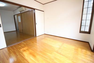 2階にある洋室は続き間になっています。扉を開放すれば11.25帖の広々としたお部屋としても使えます。