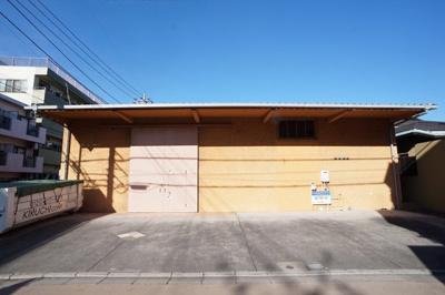 鉄骨造平屋建の倉庫です。出入口前面は、駐車スペースで使用できます。