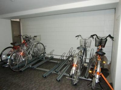屋内駐輪場で雨が降っても大切な自転車が濡れなくてすみますね♪荷物が重いときに自転車があれば助かりますね!