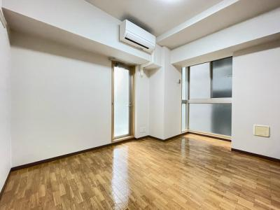 バルコニーに繋がる角部屋二面採光洋室6.6帖のお部屋です!エアコン付きで1年中快適に過ごせますね☆