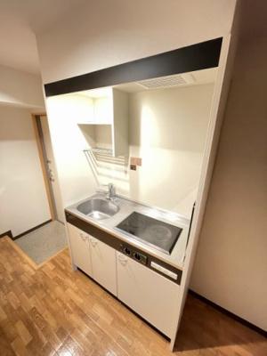2口電気コンロ(ラジエントヒーター)付きのキッチンです!2口あるので料理もはかどります♪場所を取るお鍋やお皿もすっきり収納できます♪