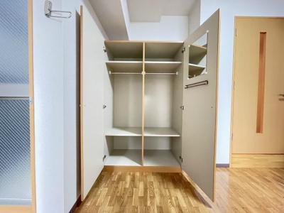 人気のバス・トイレ別です♪トイレが独立していると使いやすいですよね☆小物を置ける便利な棚やタオルハンガーも付いています♪