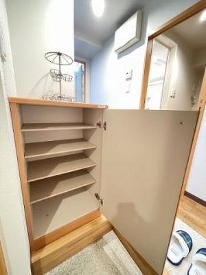 シューズボックス付きで玄関もすっきり片付きます♪上に写真やかわいい小物を置けるので、玄関を華やかに飾れますね♪