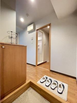 玄関から室内への景観です!正面にトイレとバスルーム、左手にキッチンがあります★