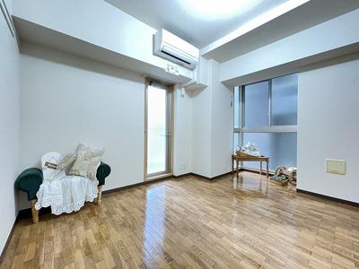 バルコニーに繋がる角部屋三面採光洋室6.6帖のお部屋です♪エアコン付きで1年中快適に過ごせますね☆