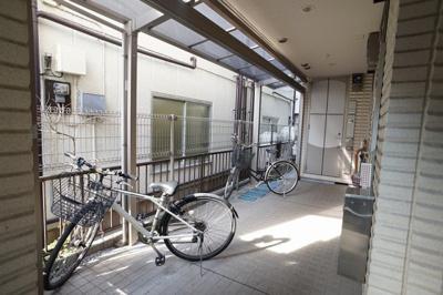 盗難の恐れのない、建物内における駐輪場です