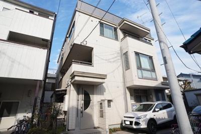 爽やかな外壁色の3階建てマンションです。